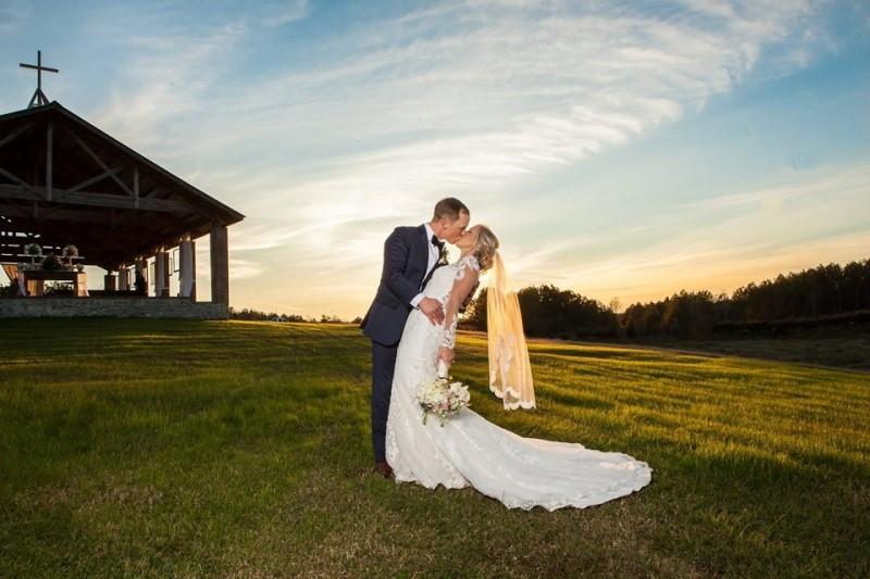 alabama-wedding-venue-flagstone-chapel-outside-kiss