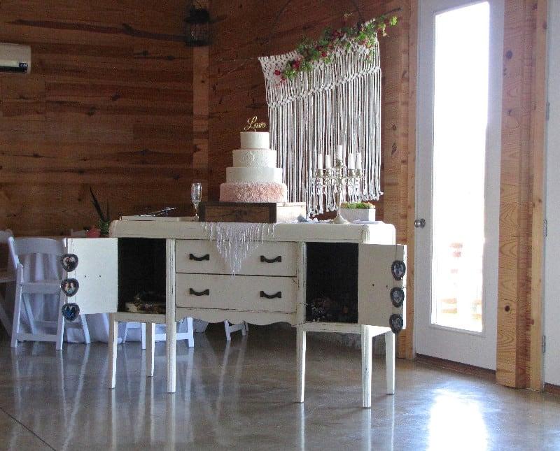 the-barn-wedding-venue-wedding-cake