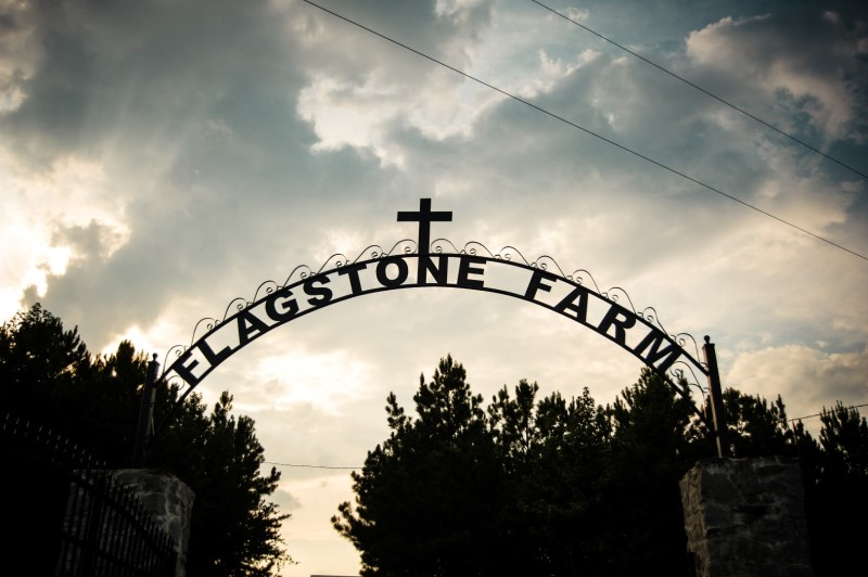 wedding-venue-alabama-flagstone-farm-gate-arch