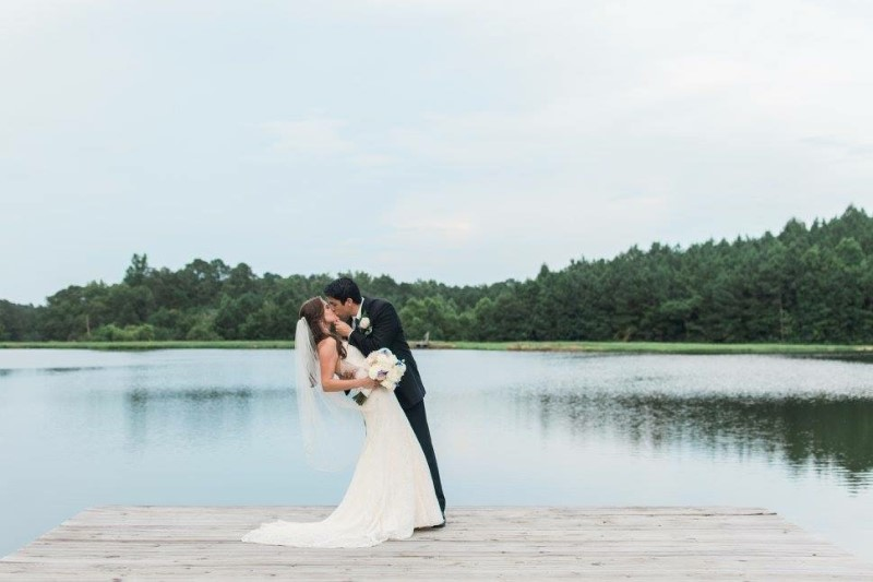 wedding-venue-alabama-flagstone-lake-groom-kiss